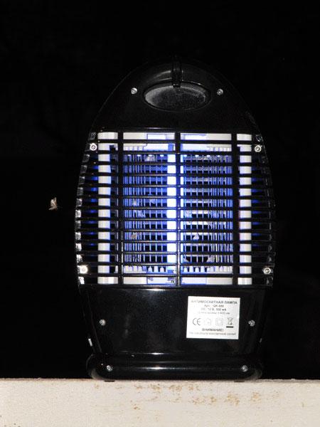 Противомоскитная электронная лампа ночью